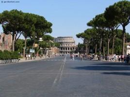 Via_dei_fori_Imperiali_and_colosseum